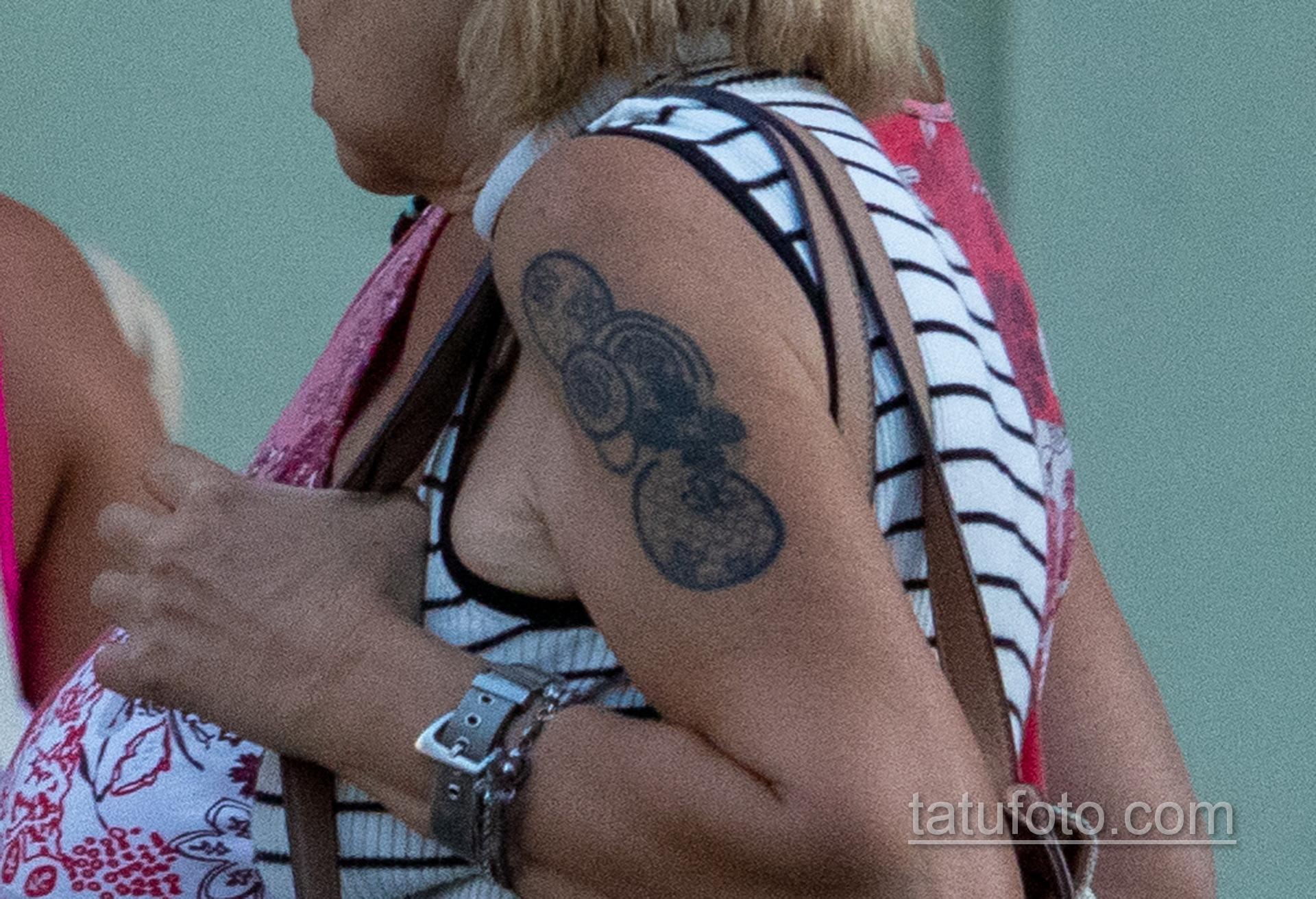 Татуировка с кругами на правом плече женщины в возрасте – Уличная татуировка 14.09.2020 – tatufoto.com 2