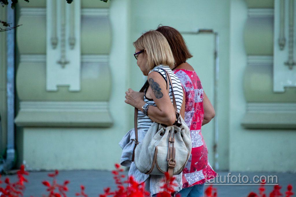 Татуировка с кругами на правом плече женщины в возрасте – Уличная татуировка 14.09.2020 – tatufoto.com 5