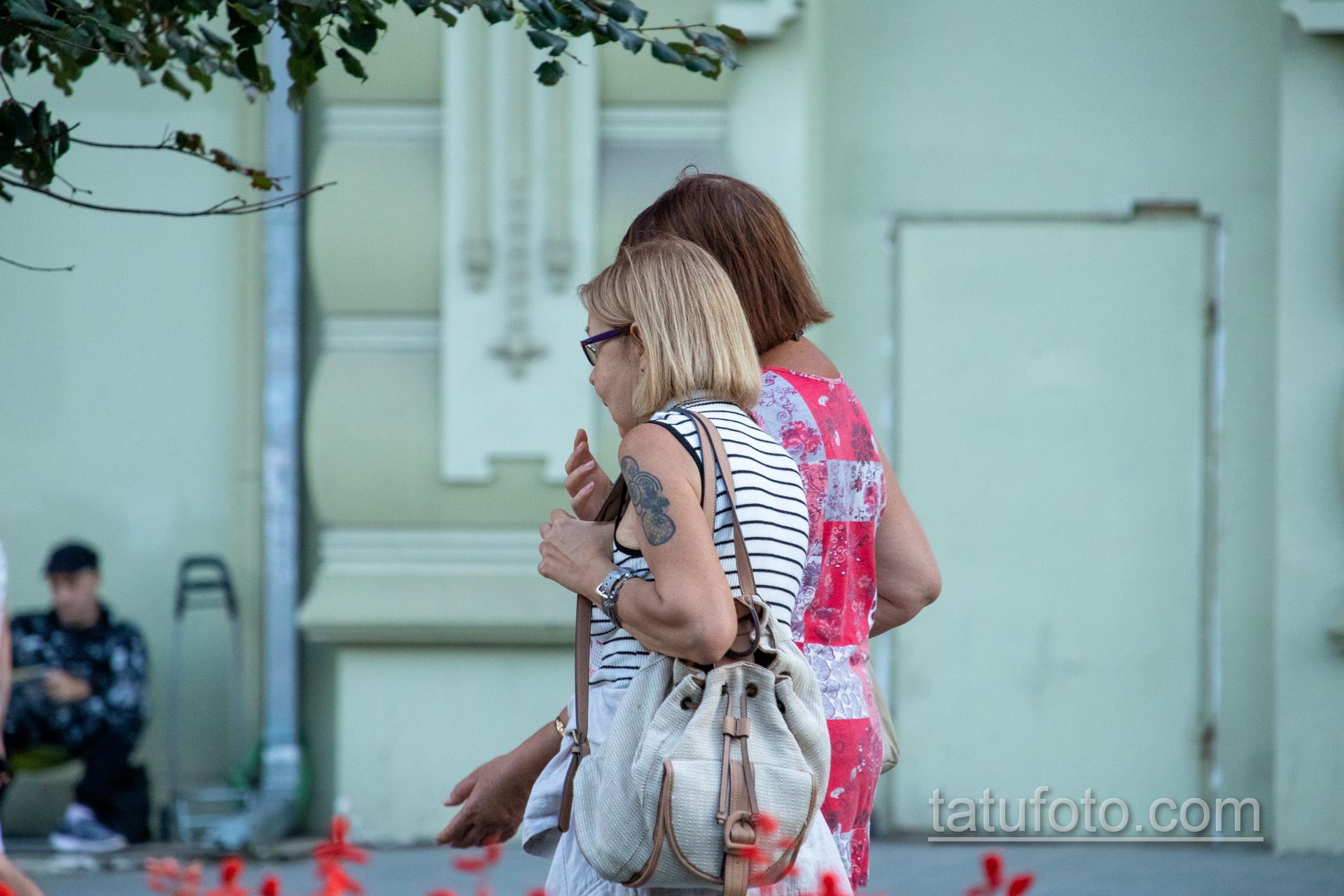 Татуировка с кругами на правом плече женщины в возрасте – Уличная татуировка 14.09.2020 – tatufoto.com 6