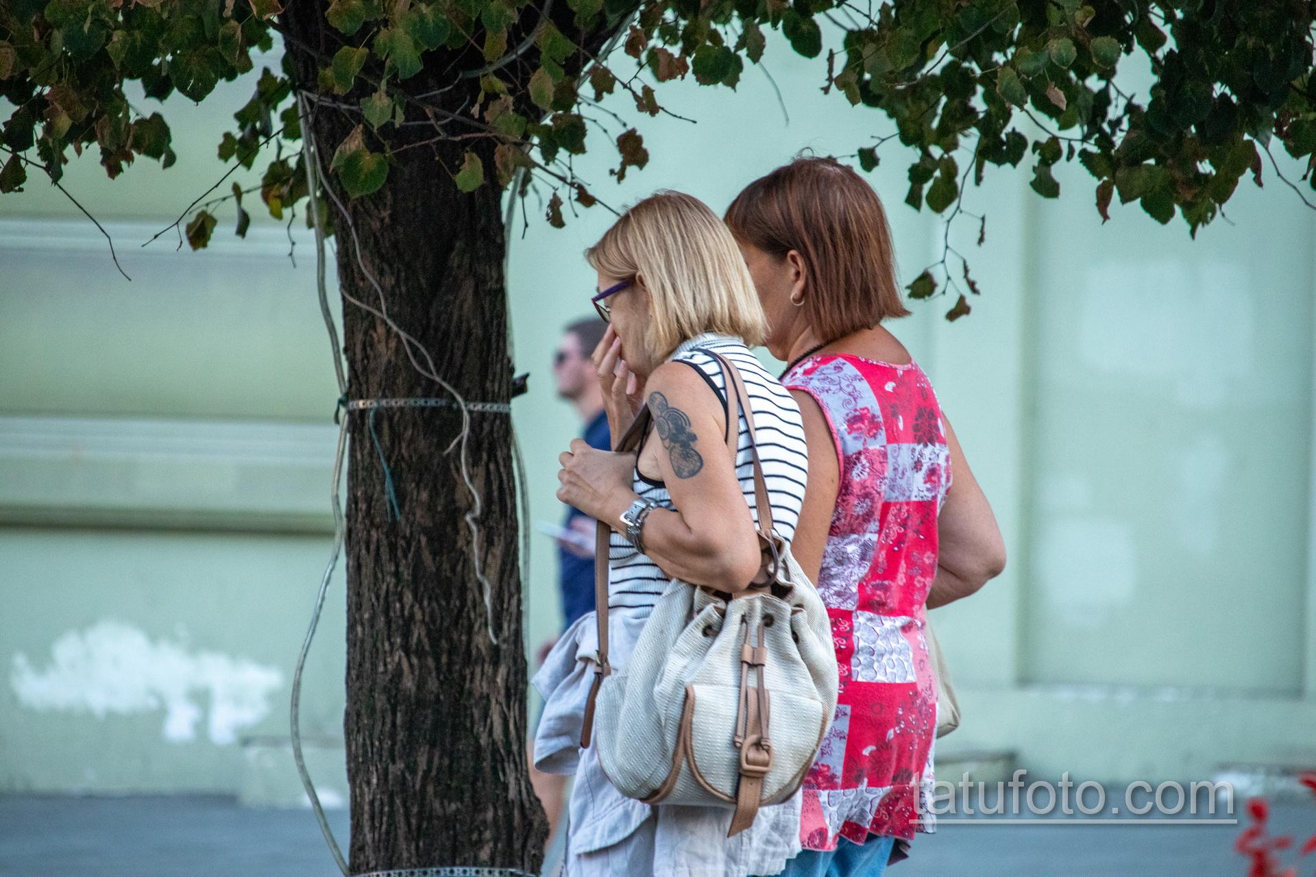 Татуировка с кругами на правом плече женщины в возрасте – Уличная татуировка 14.09.2020 – tatufoto.com 77