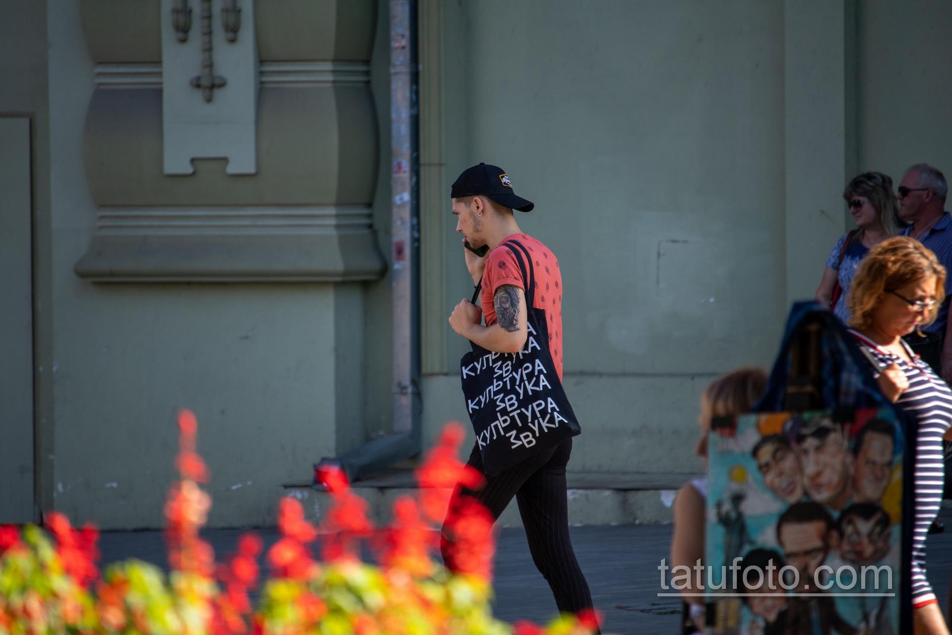 Татуировка с лицом статуи мыслителя на руке парня - Уличная татуировка 14.09.2020 – tatufoto.com 3