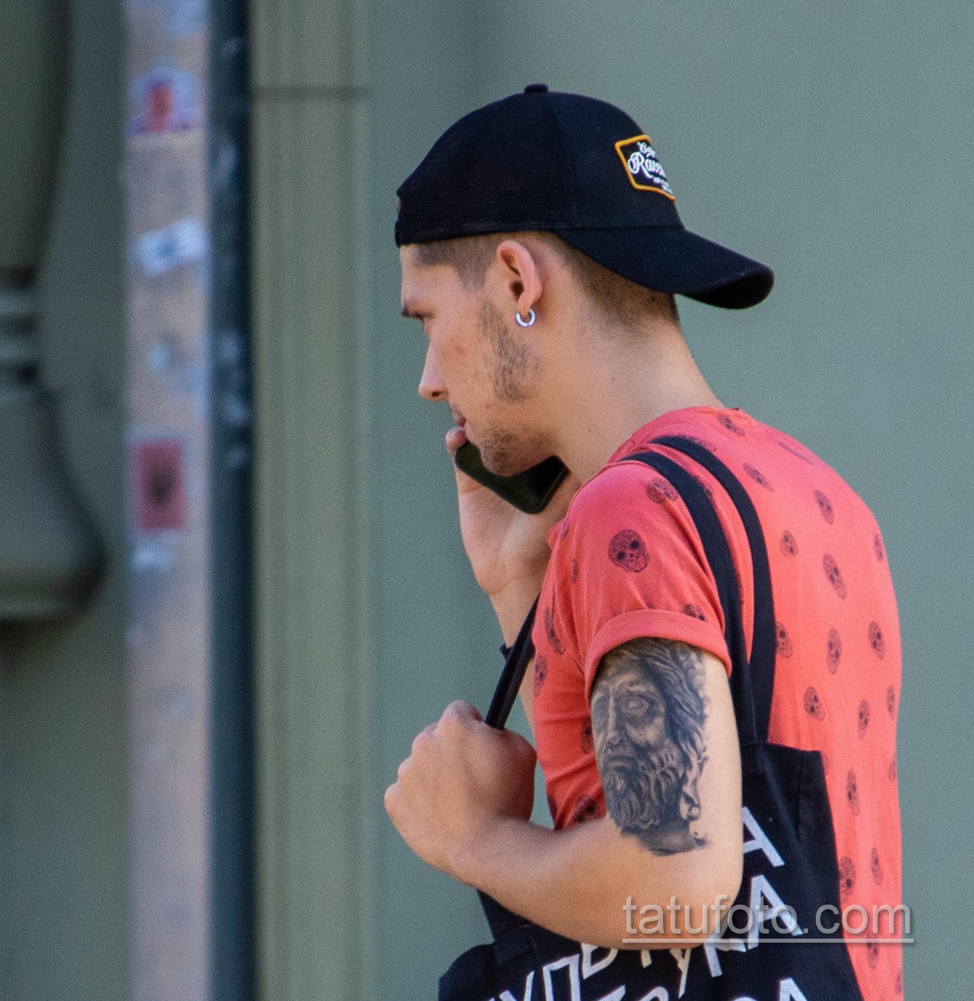Татуировка с лицом статуи мыслителя на руке парня - Уличная татуировка 14.09.2020 – tatufoto.com 4