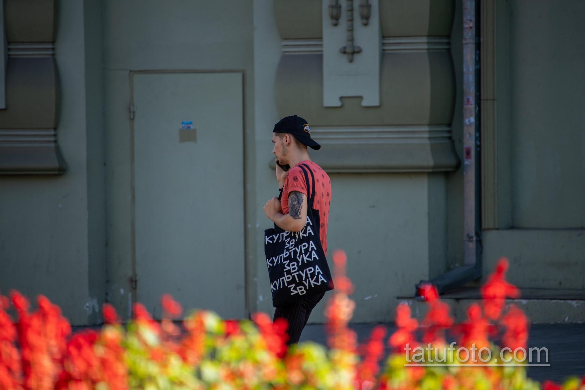 Татуировка с лицом статуи мыслителя на руке парня - Уличная татуировка 14.09.2020 – tatufoto.com 5