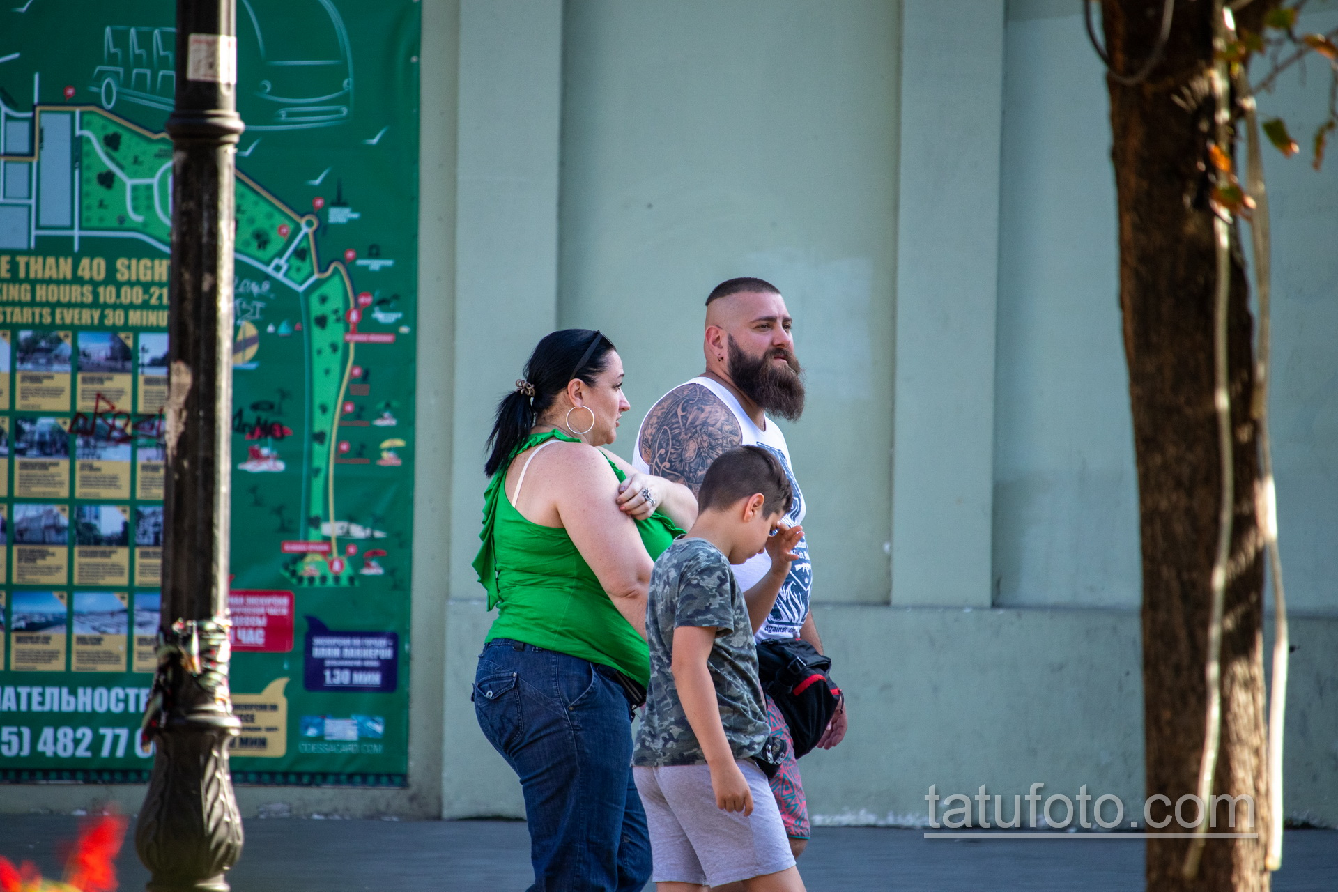 Татуировка с узорами и воином викингом на руке крупного бородатого мужчины – Уличная татуировка 14.09.2020 – tatufoto.com 1