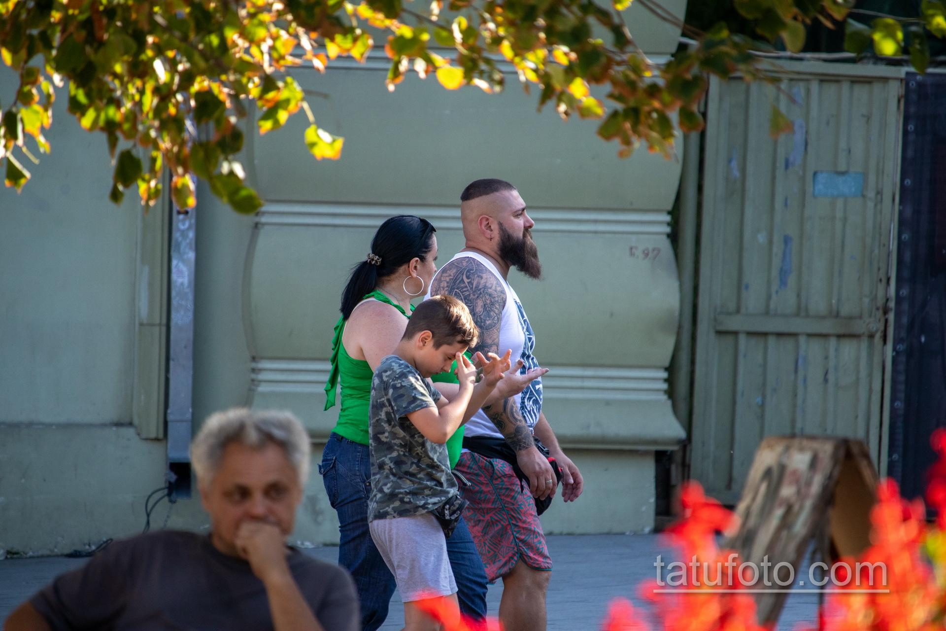 Татуировка с узорами и воином викингом на руке крупного бородатого мужчины – Уличная татуировка 14.09.2020 – tatufoto.com 5