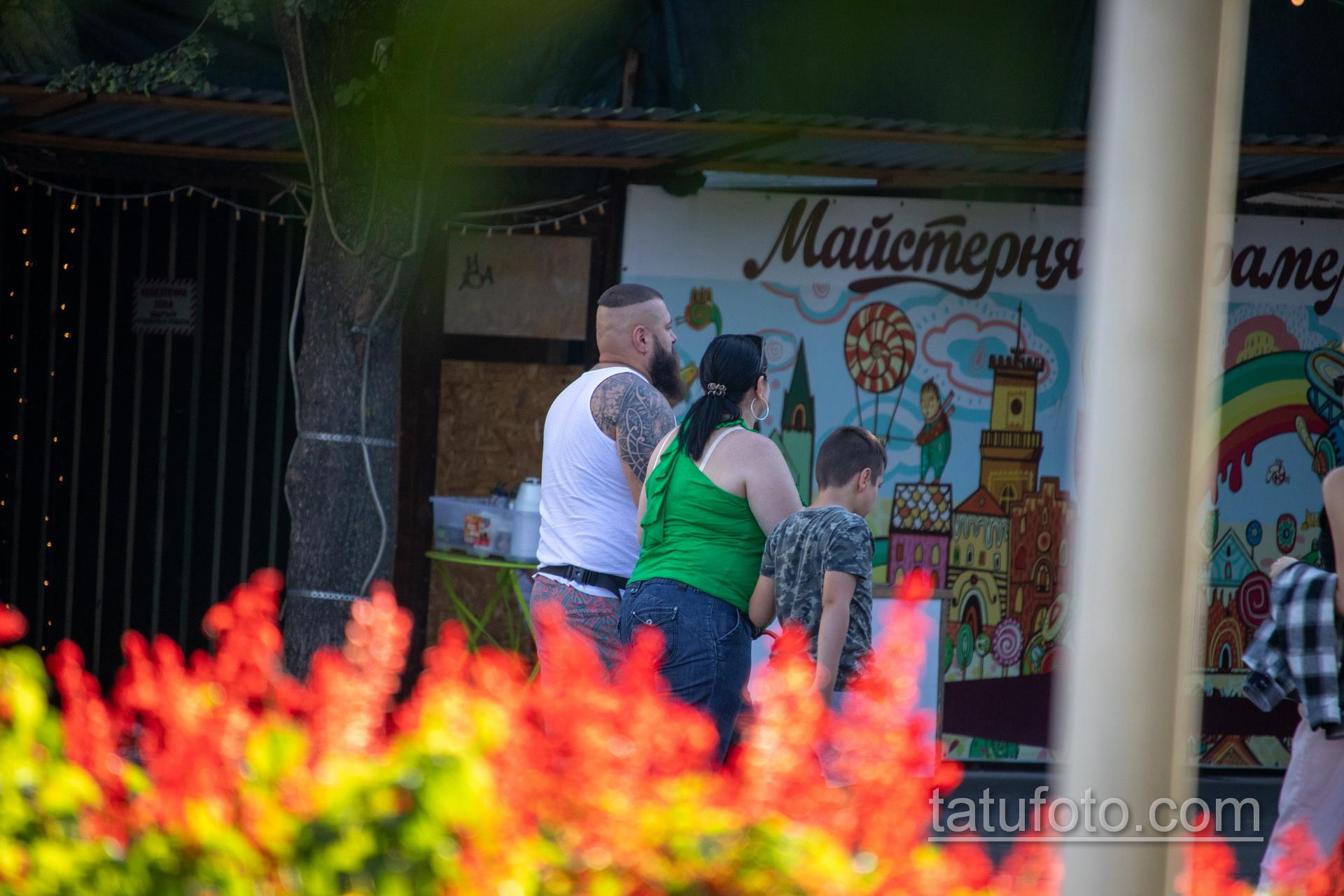 Татуировка с узорами и воином викингом на руке крупного бородатого мужчины – Уличная татуировка 14.09.2020 – tatufoto.com 7