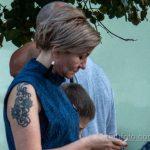 Татуировка с цветами и вензелями на правом плече женщины – Уличная татуировка 14.09.2020 – tatufoto.com 2