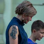 Татуировка с цветами и вензелями на правом плече женщины – Уличная татуировка 14.09.2020 – tatufoto.com 4