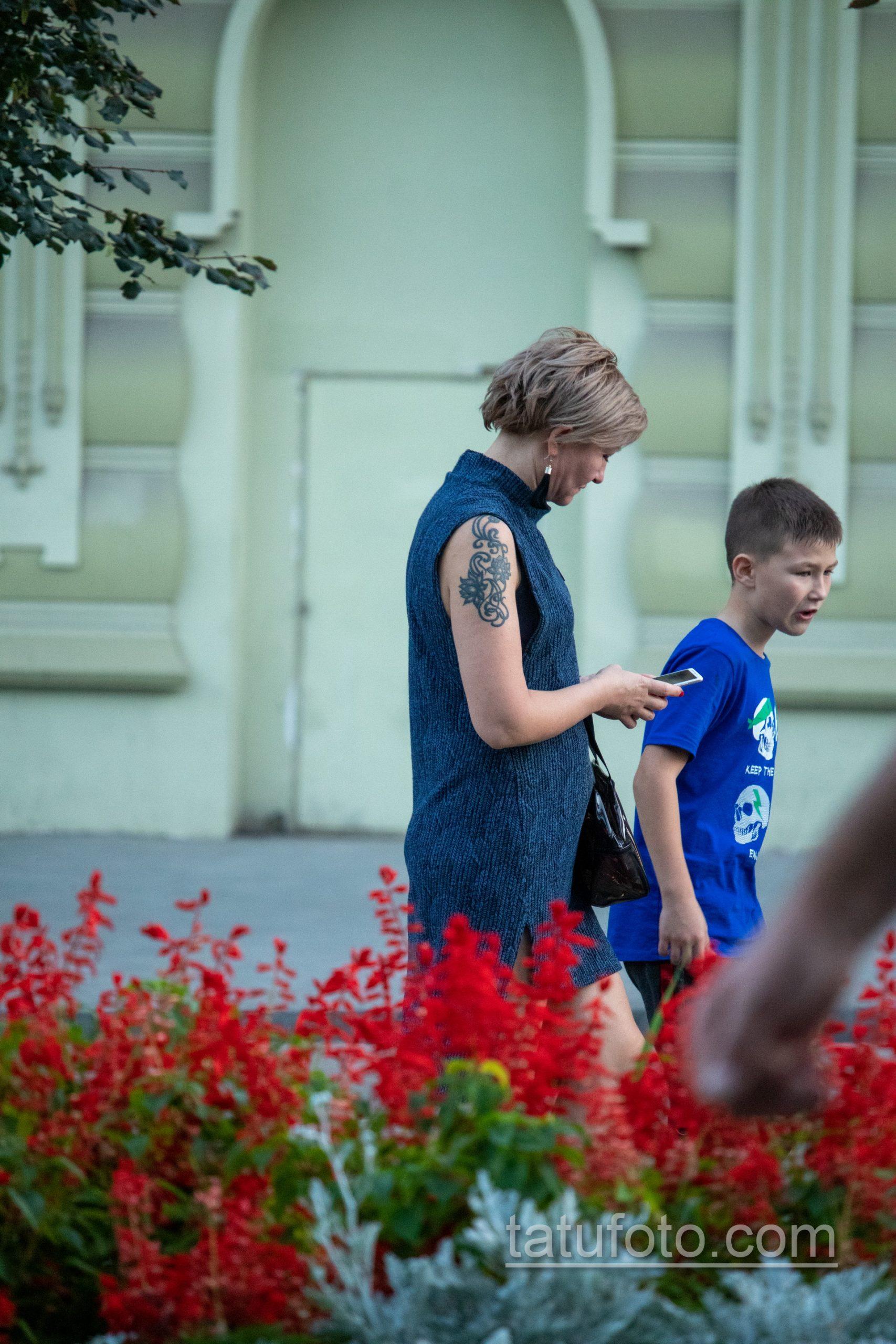Татуировка с цветами и вензелями на правом плече женщины – Уличная татуировка 14.09.2020 – tatufoto.com 5