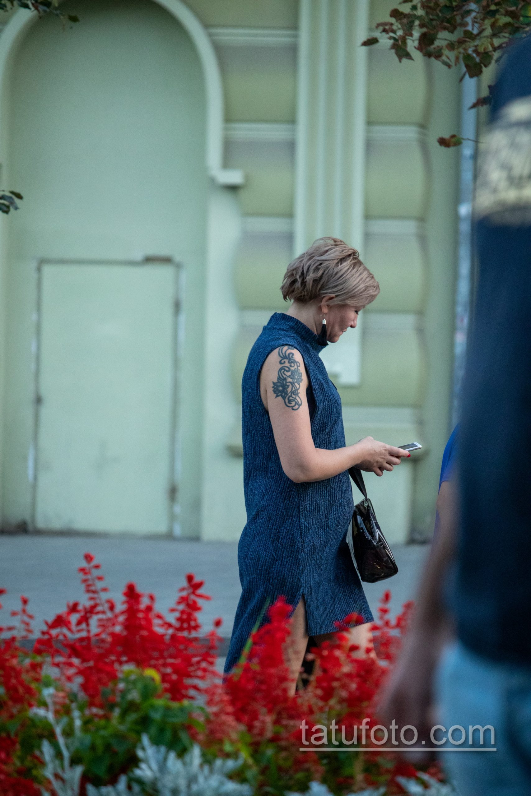 Татуировка с цветами и вензелями на правом плече женщины – Уличная татуировка 14.09.2020 – tatufoto.com 6