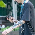 Тату браслет узором и мелкие рисунки на левой руке молодого человека – 17.09.2020 – tatufoto.com 4