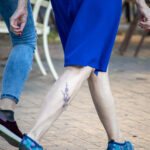 Тату ветка с цветами внизу ноги женщины – Уличная татуировка (street tattoo)-29.09.2020-tatufoto.com 4