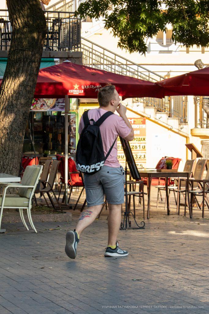 Тату воздушный шар и цветные мазки красок на левой ноге парня --Уличная тату-street tattoo-21.09.2020-tatufoto.com 1