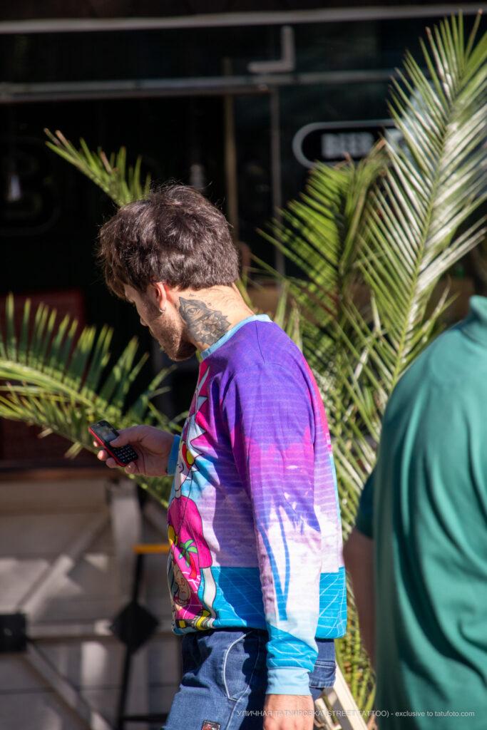 Тату глаз в треугольнике и цветок на шее парня – Уличная татуировка (street tattoo)-29.09.2020-tatufoto.com 1