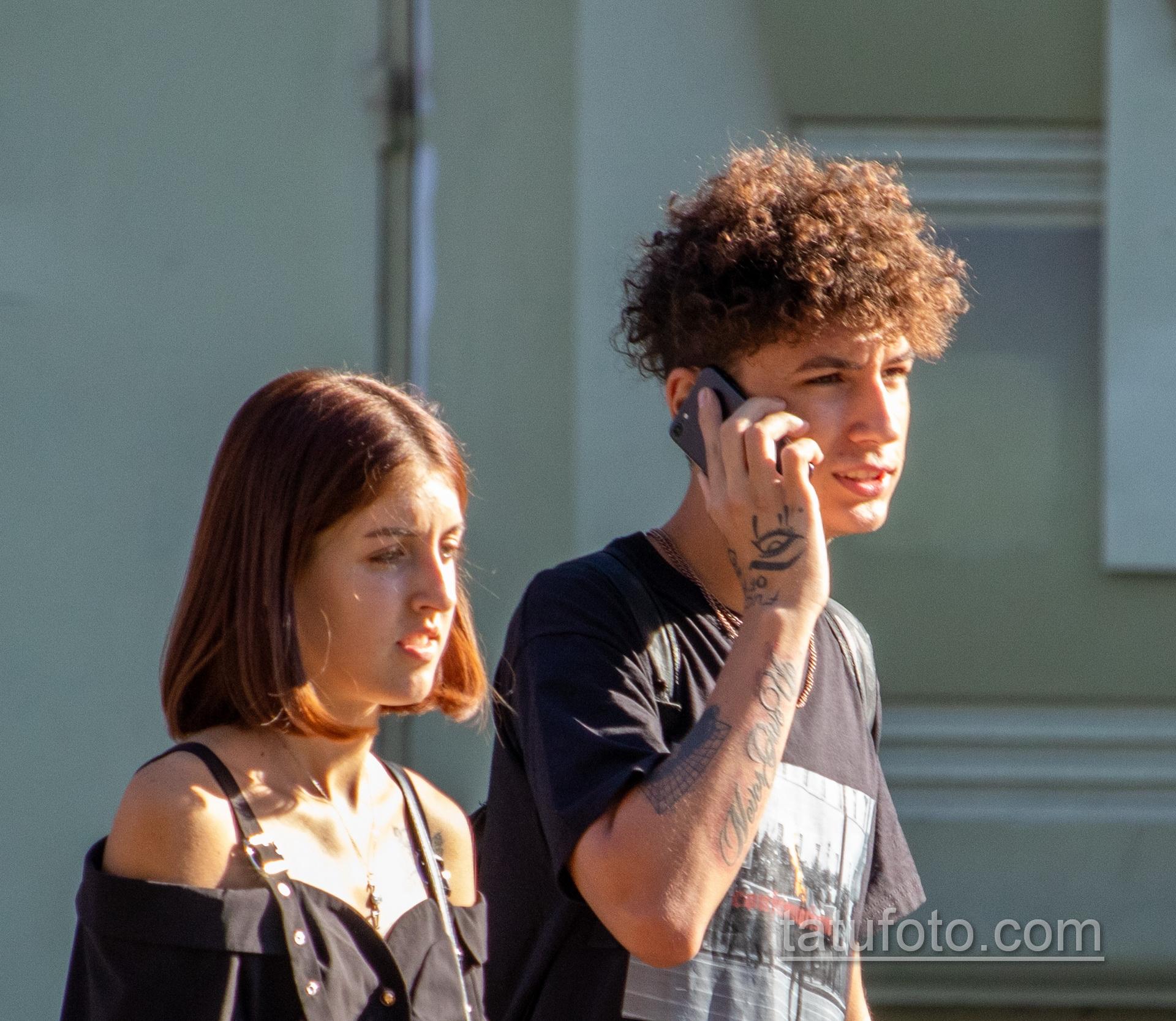 Тату глаз и надпись Newer Give Up на правой руке парня – Уличная татуировка 14.09.2020 – tatufoto.com 2
