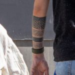 Тату дерево в треугольнике и блекворк геометрия на руке парня – 17.09.2020 – tatufoto.com 3