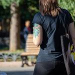 Тату зеленая рыбка с пышным хвостом на плече девушки – Уличная татуировка (street tattoo)-29.09.2020-tatufoto.com 11