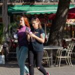 Тату зеленая рыбка с пышным хвостом на плече девушки – Уличная татуировка (street tattoo)-29.09.2020-tatufoto.com 2