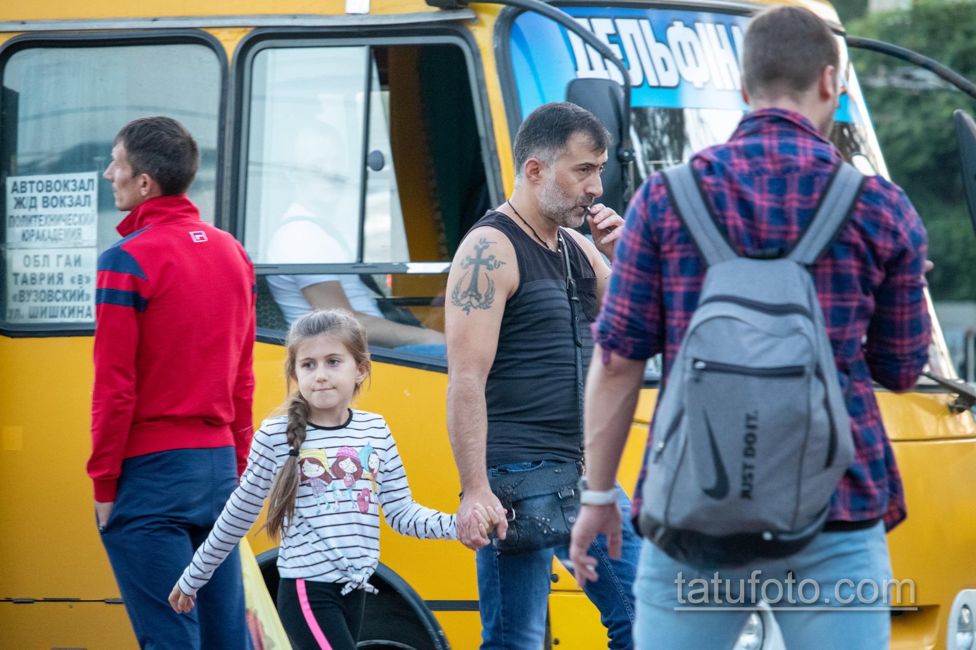 Тату крест и крылья на правом плече мужчины - Уличная татуировка 14.09.2020 – tatufoto.com 1