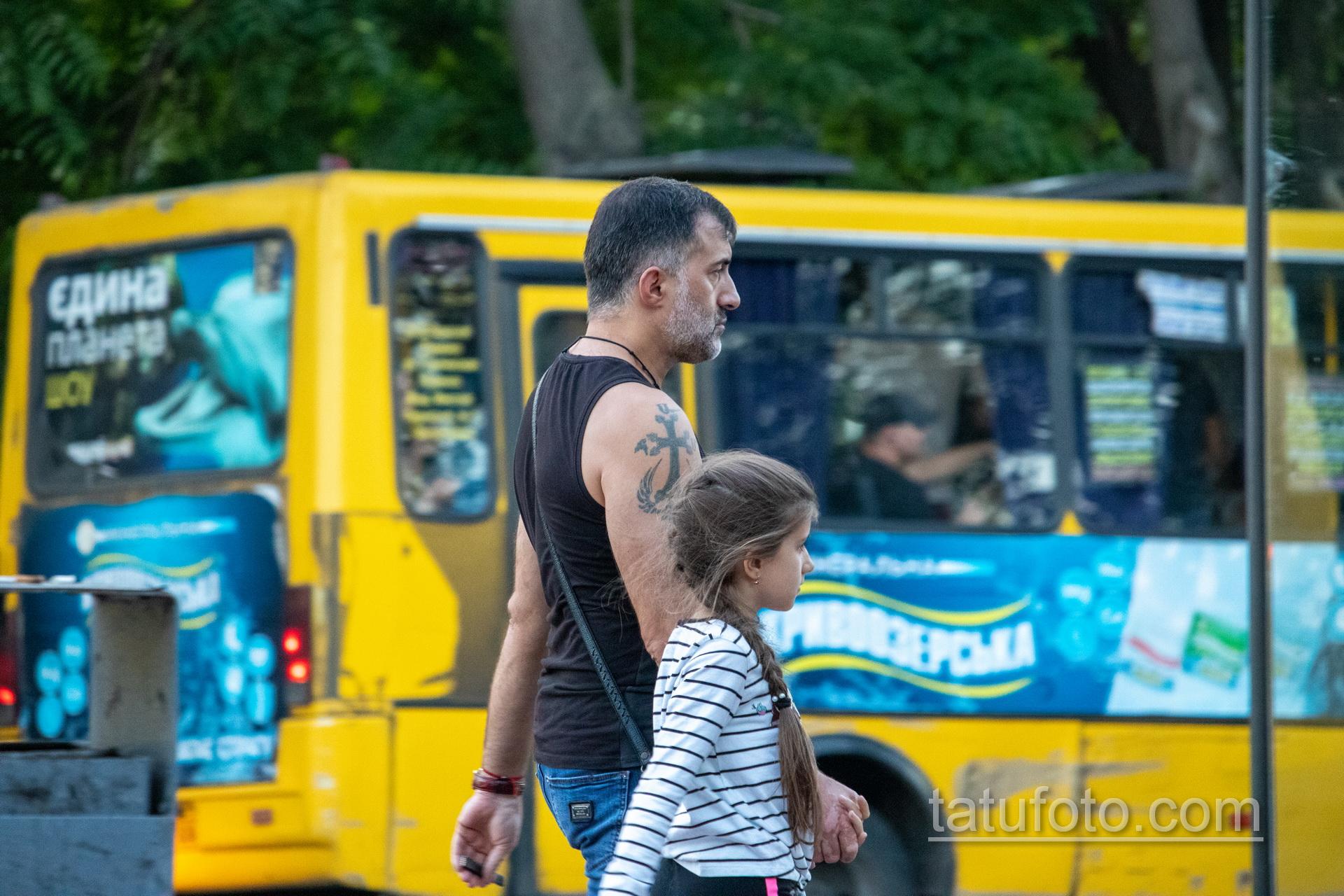 Тату крест и крылья на правом плече мужчины - Уличная татуировка 14.09.2020 – tatufoto.com 7