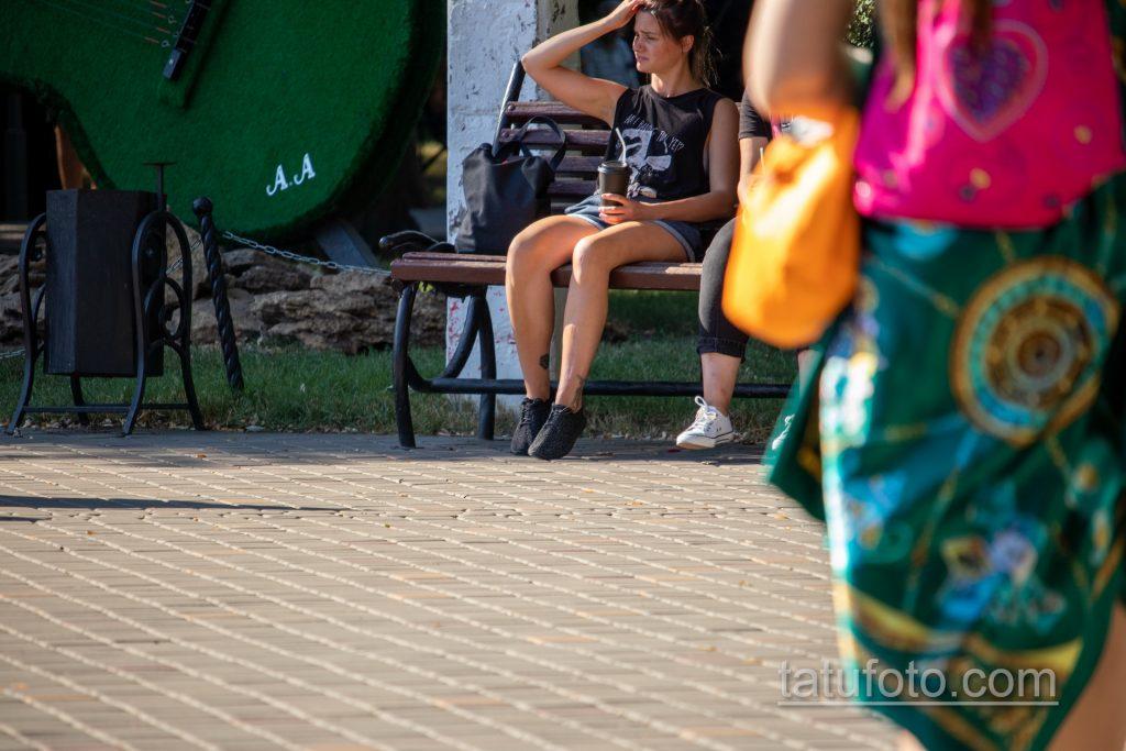 Тату кубик Рубика и браслет с перьями внизу ноги девушки – Уличная татуировка 14.09.2020 – tatufoto.com 1