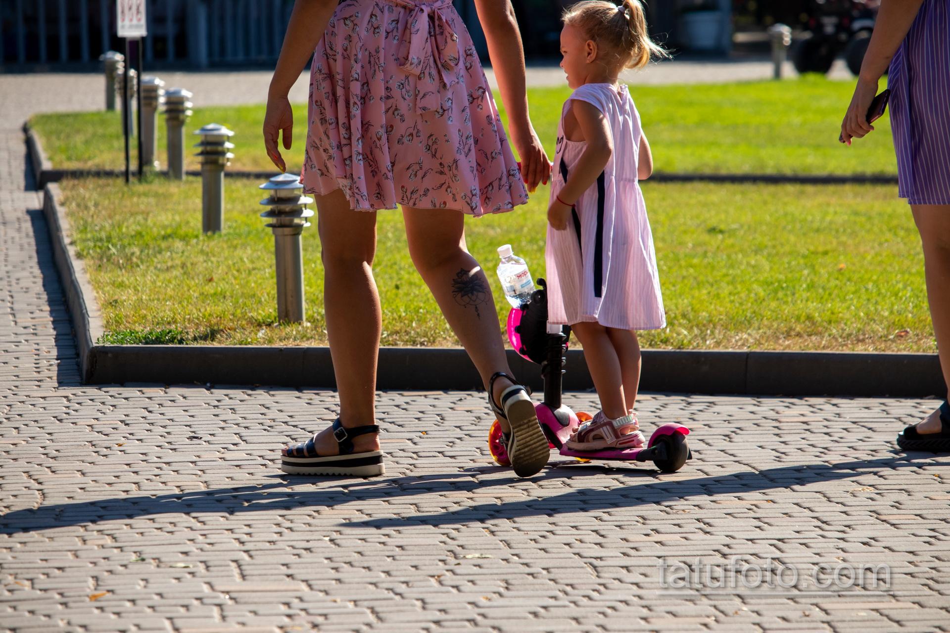 Тату лотос внизу правой ноги молодой мамы – Уличная татуировка 14.09.2020 – tatufoto.com 2