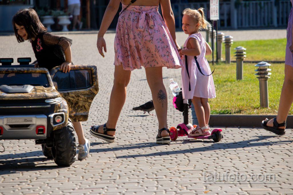 Тату лотос внизу правой ноги молодой мамы – Уличная татуировка 14.09.2020 – tatufoto.com 5