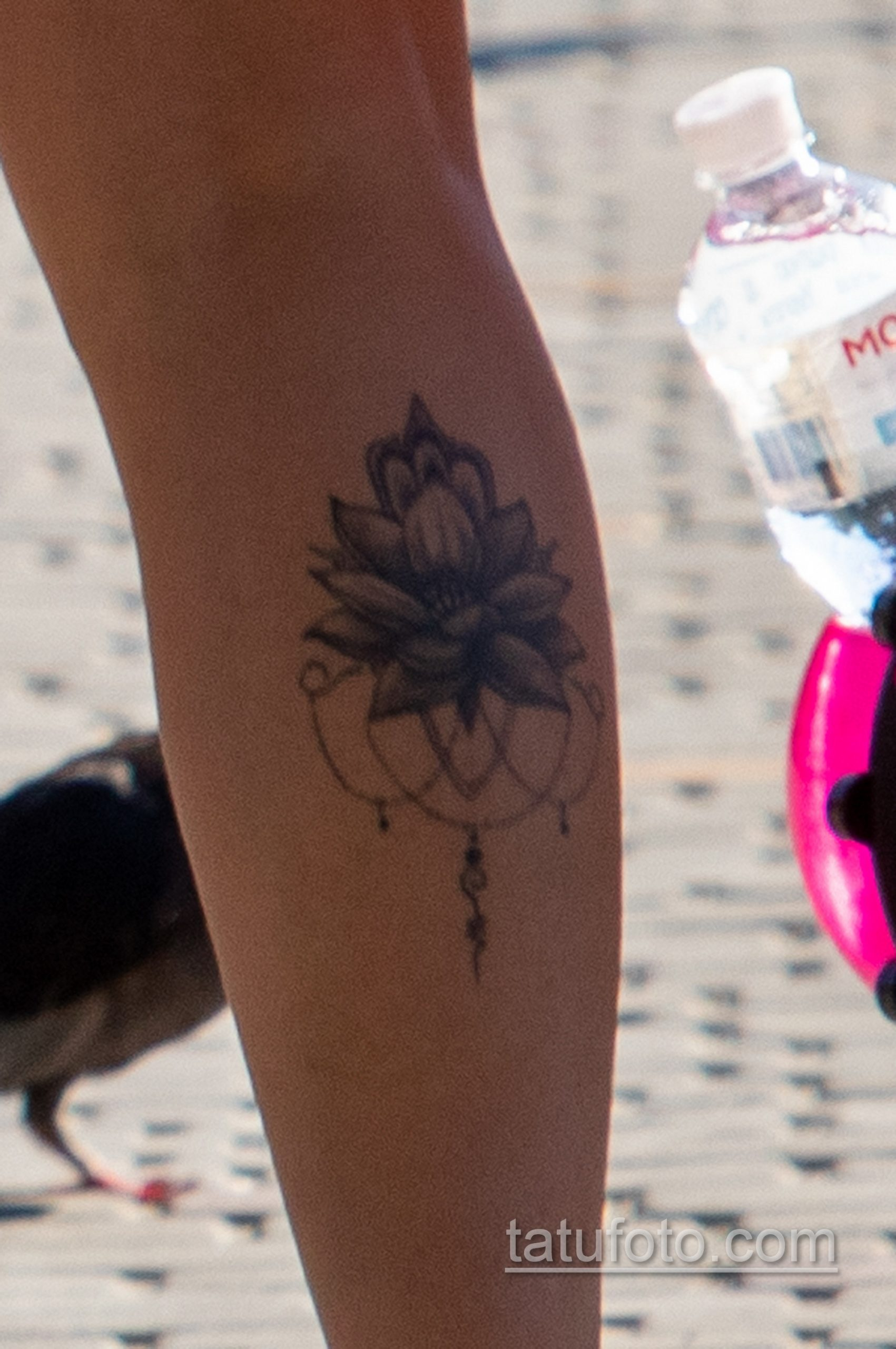Тату лотос внизу правой ноги молодой мамы – Уличная татуировка 14.09.2020 – tatufoto.com 6