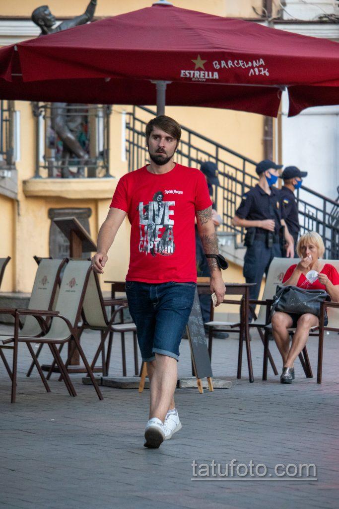 Тату мандала и цветы на левой руке парня – Уличная татуировка 14.09.2020 – tatufoto.com 1