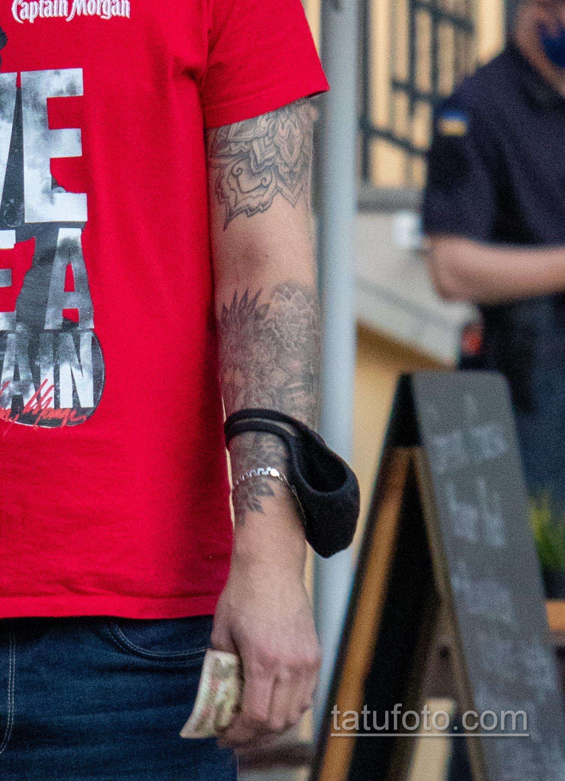 Тату мандала и цветы на левой руке парня – Уличная татуировка 14.09.2020 – tatufoto.com 4