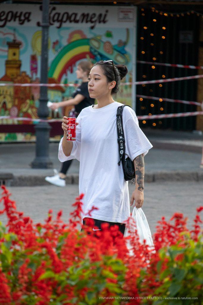 Тату маска демона и змея на руке девушки азиатской внешности --Уличная тату-street tattoo-21.09.2020-tatufoto.com 1