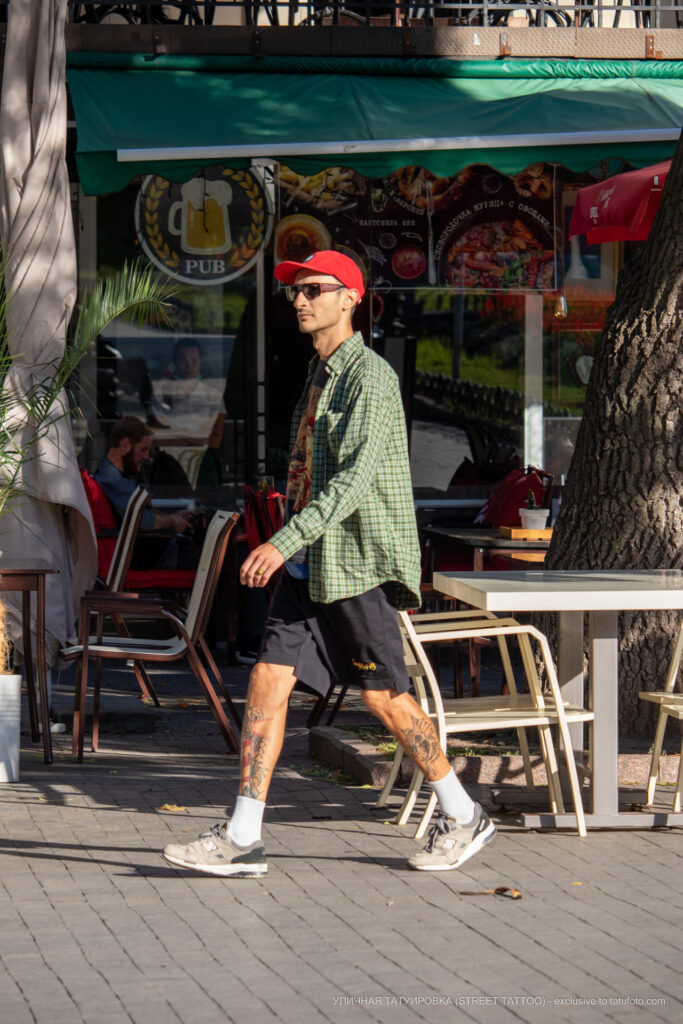 Тату маяк и морда демона на ноге парня – Уличная татуировка (street tattoo)-29.09.2020-tatufoto.com 1