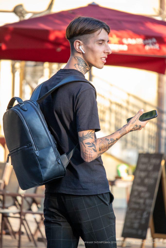 Тату мотылек на шее и терновник на руке парня --Уличная тату-street tattoo-21.09.2020-tatufoto.com 1