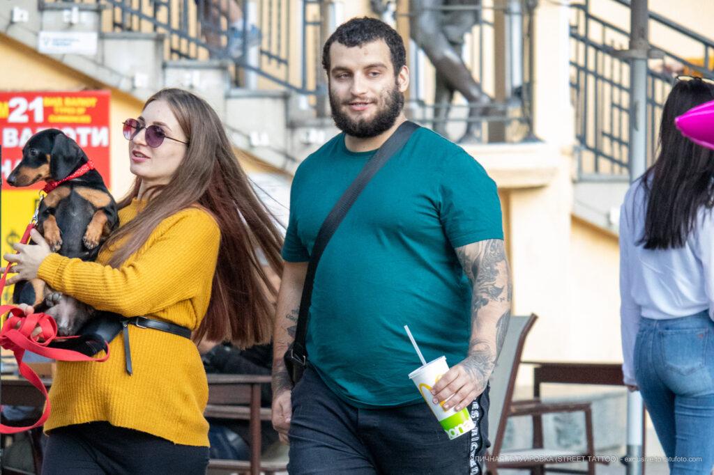 Тату надпись SEE THE LIGHT на правой руке парня – Уличная татуировка (street tattoo)-29.09.2020-tatufoto.com 5