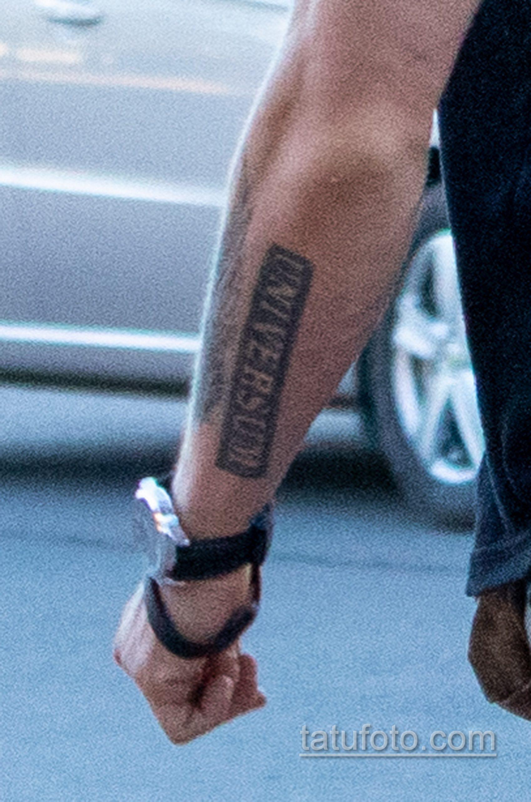 Тату надпись UNIVERSUM на руке мужчины - Уличная татуировка 14.09.2020 – tatufoto.com 2