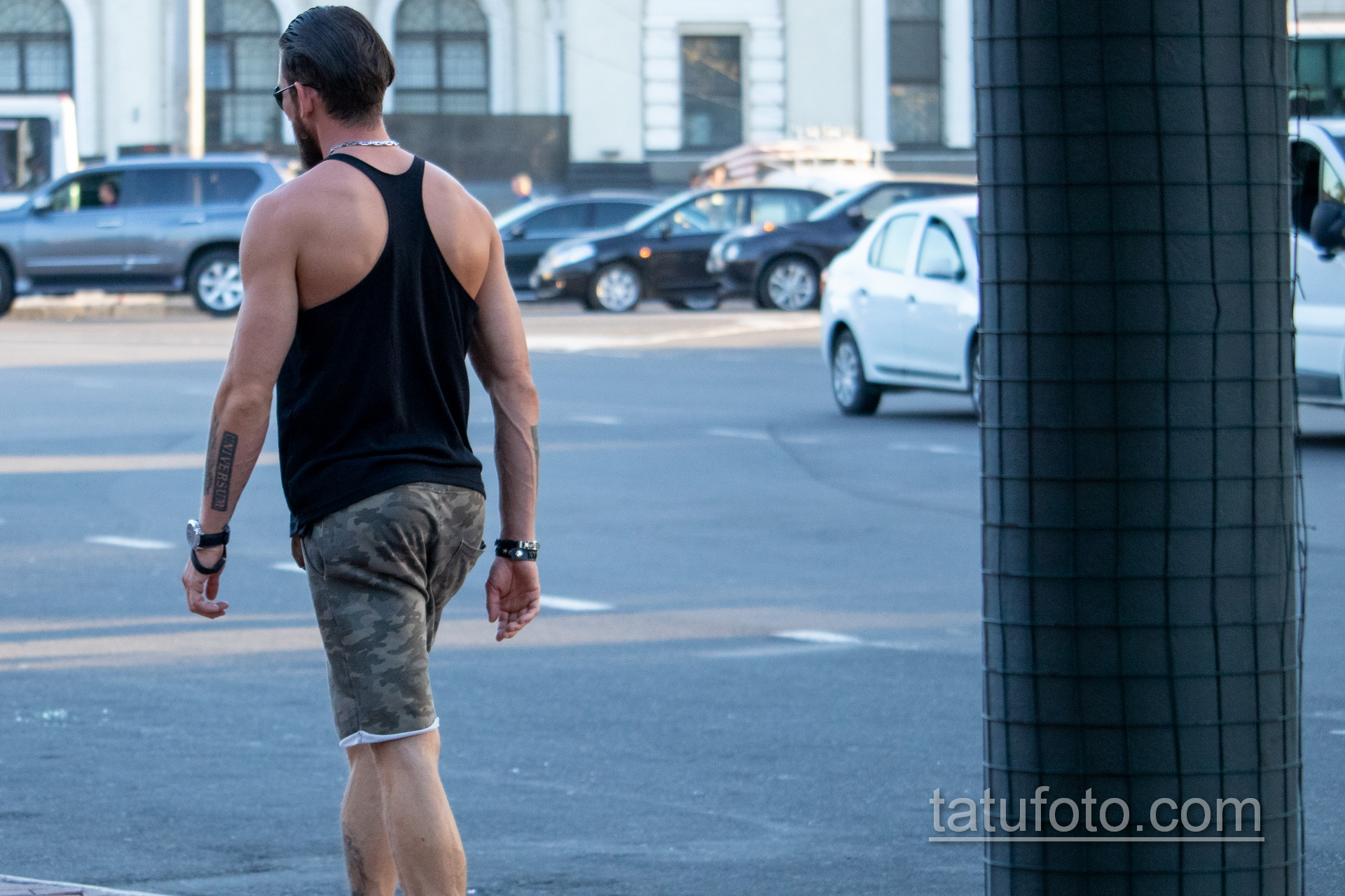 Тату надпись UNIVERSUM на руке мужчины - Уличная татуировка 14.09.2020 – tatufoto.com 3