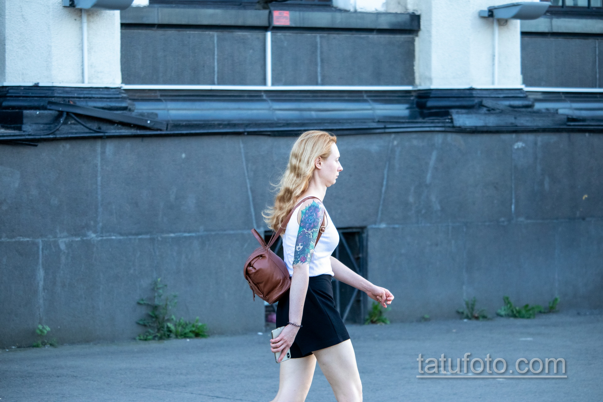 Тату на правой руке девушки с лицом – ягодами и цветами - Уличная татуировка – tatufoto.com 1