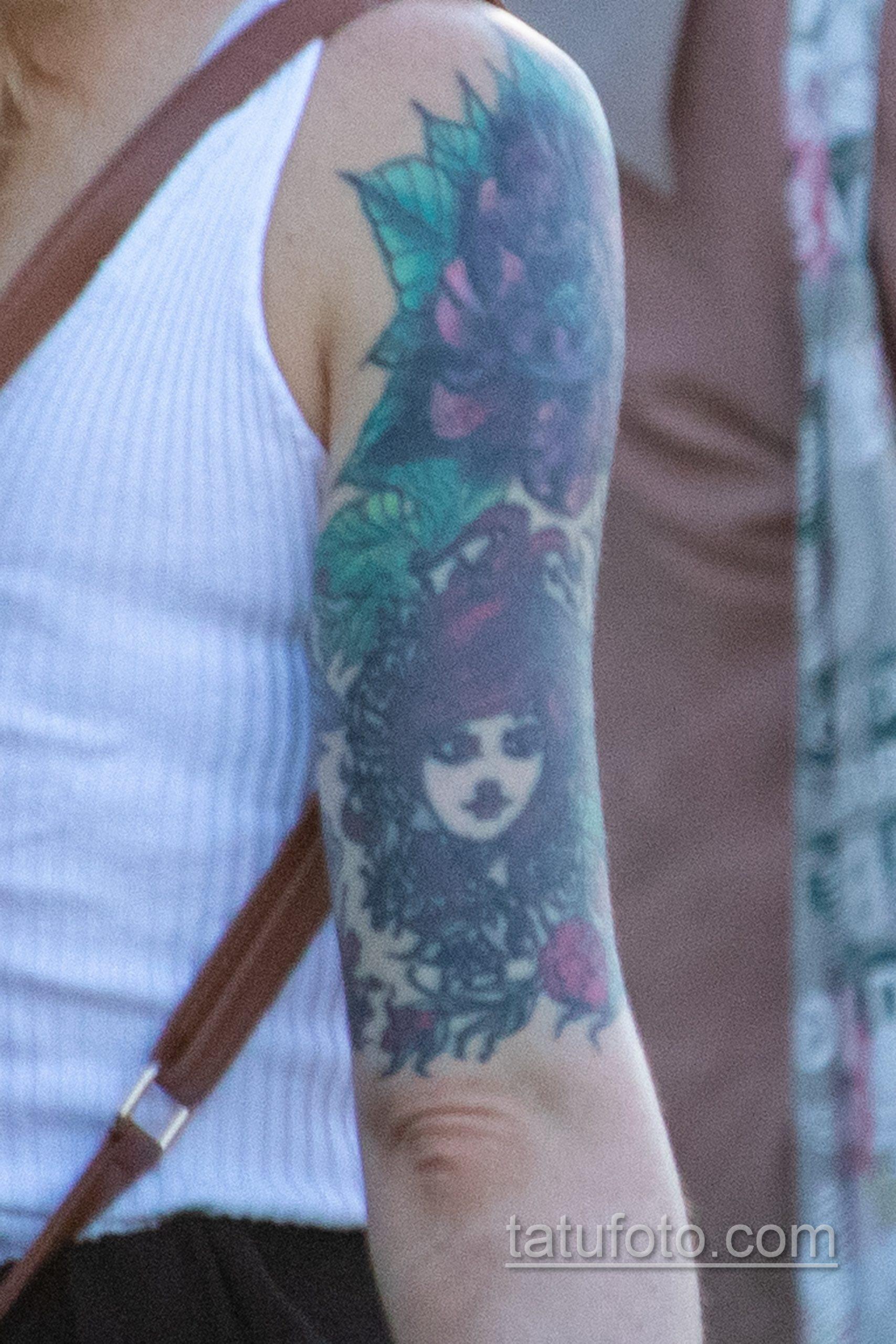 Тату на правой руке девушки с лицом – ягодами и цветами - Уличная татуировка – tatufoto.com 10