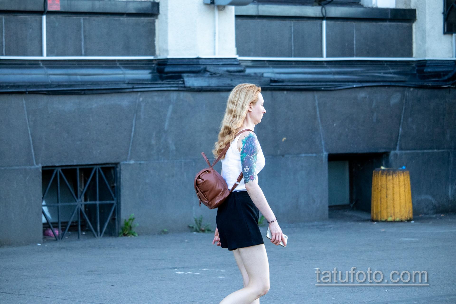 Тату на правой руке девушки с лицом – ягодами и цветами - Уличная татуировка – tatufoto.com 3