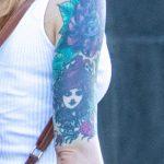Тату на правой руке девушки с лицом – ягодами и цветами - Уличная татуировка – tatufoto.com 6