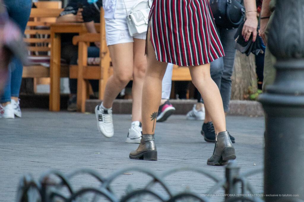 Тату пальма внизу на левой ноге девушки – Уличная татуировка (street tattoo)-29.09.2020-tatufoto.com 2