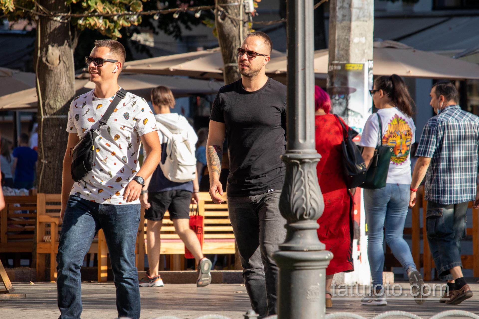 Тату пантера с цветами и двигатель мотоцикла на руках мужчины – Уличная татуировка 14.09.2020 – tatufoto.com 1