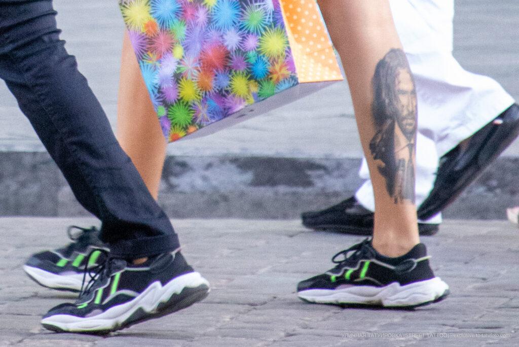 Тату портрет внизу ноги девушки – Уличная татуировка (street tattoo)-29.09.2020-tatufoto.com 1
