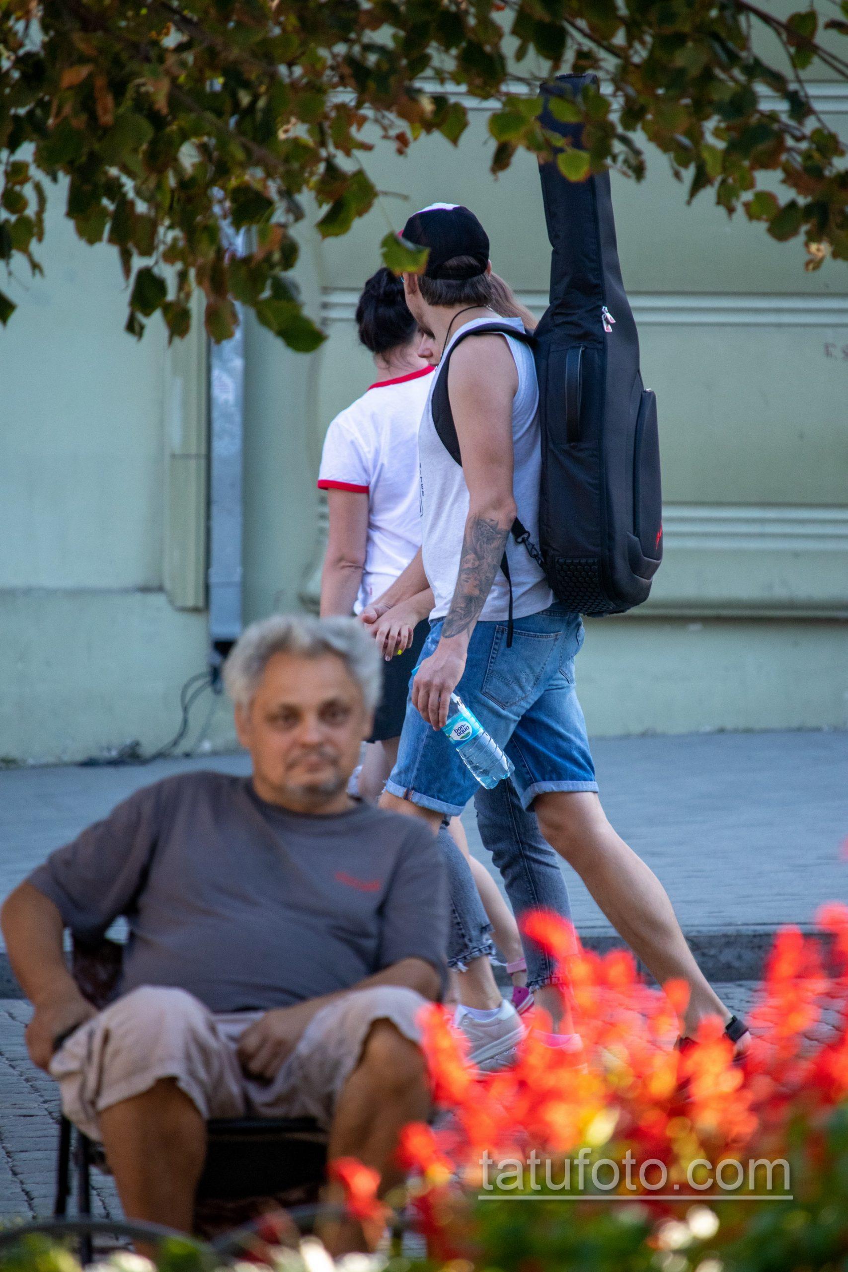 Тату портрет девушки с черепом на голове у парня на руке – Уличная татуировка 14.09.2020 – tatufoto.com 1