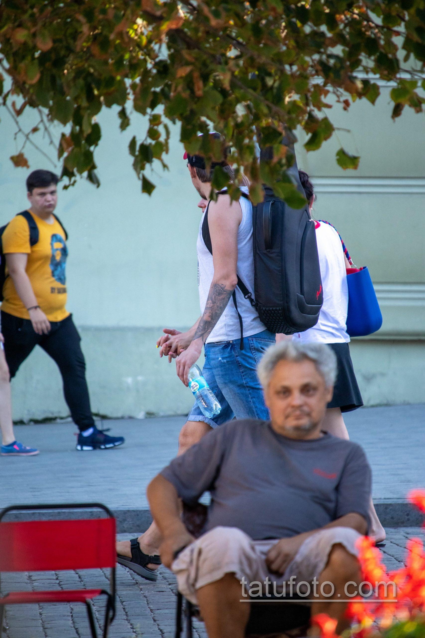 Тату портрет девушки с черепом на голове у парня на руке – Уличная татуировка 14.09.2020 – tatufoto.com 3