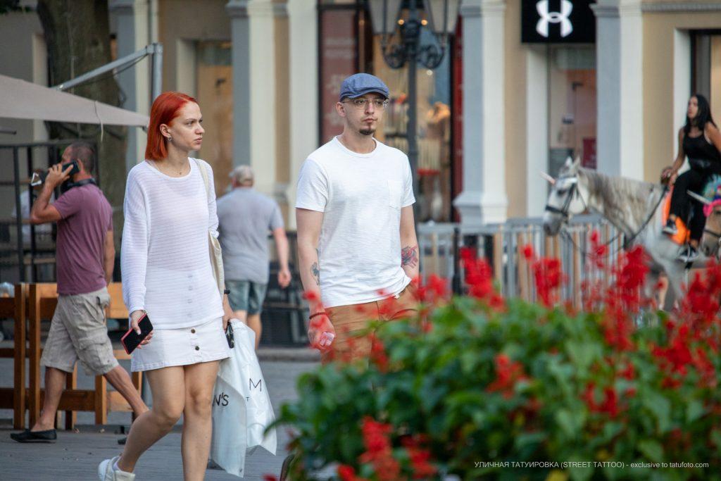 Тату роза и мазки красным на левой руке мужчины – 17.09.2020 – tatufoto.com 1