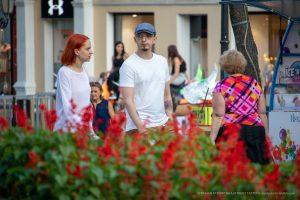 Тату роза и мазки красным на левой руке мужчины – 17.09.2020 – tatufoto.com 2