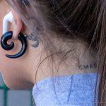 Тату скорпион за ухом девушки и надпись на шее – СИЯЙ – 17.09.2020 – tatufoto.com 2