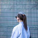 Тату скорпион за ухом девушки и надпись на шее – СИЯЙ – 17.09.2020 – tatufoto.com 3