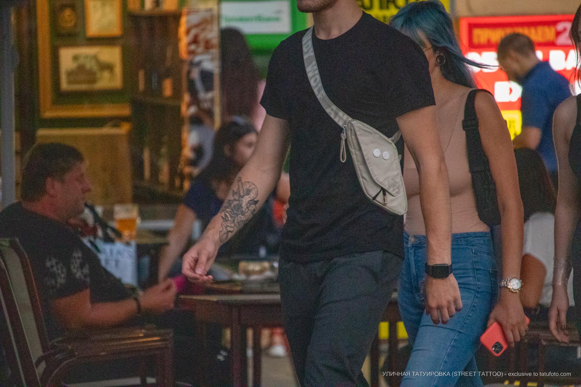 Тату со змеей на внутренней поверхности правой руки парня – 17.09.2020 – tatufoto.com 4